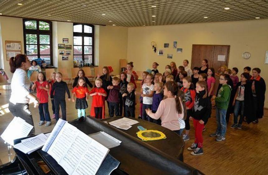 Die Proben laufen auf Hochtouren: Mit etwa 50 Sängern wird der Heddesheimer Kinderchor im November ...