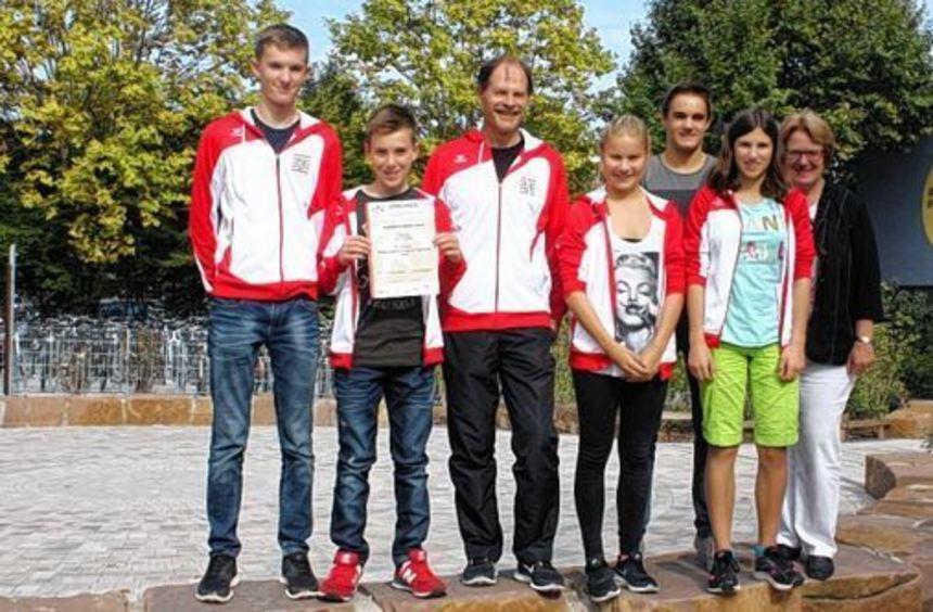 Die Triathlon-Mannschaft der AMS ist stolz auf den neunten Platz, den sie gegen starke Konkurrenz ...