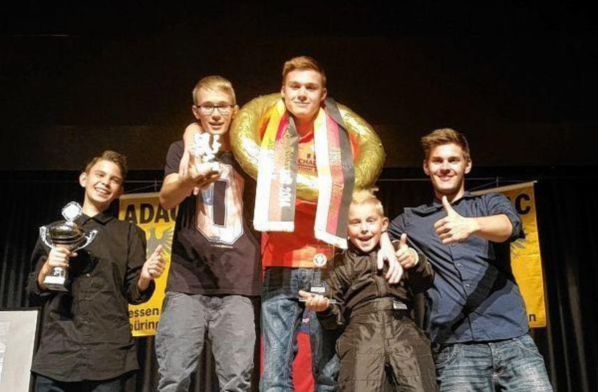 Adrian Mozdzierski, Marcel Busch, Daniel Rückert, Tyler Hebenstreit und Trainer Artur Mozdzierski ...