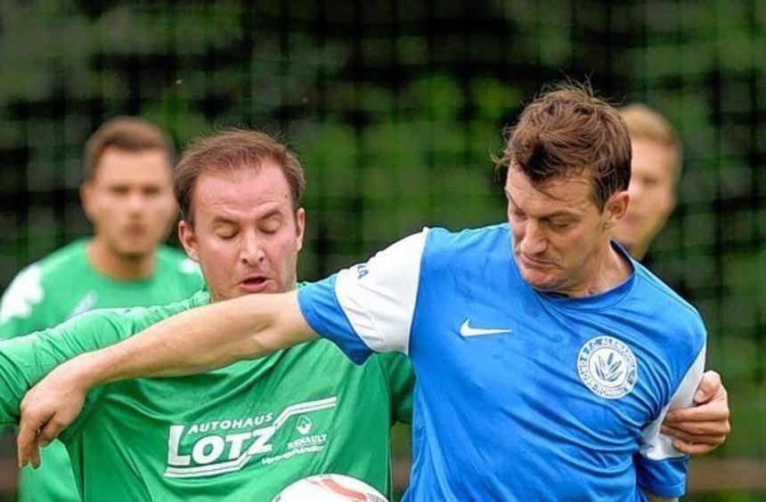 Hamzalija Elezovic (blaues Trikot) peilt mit dem FC Alemannia heute drei Punkte im Derby an.