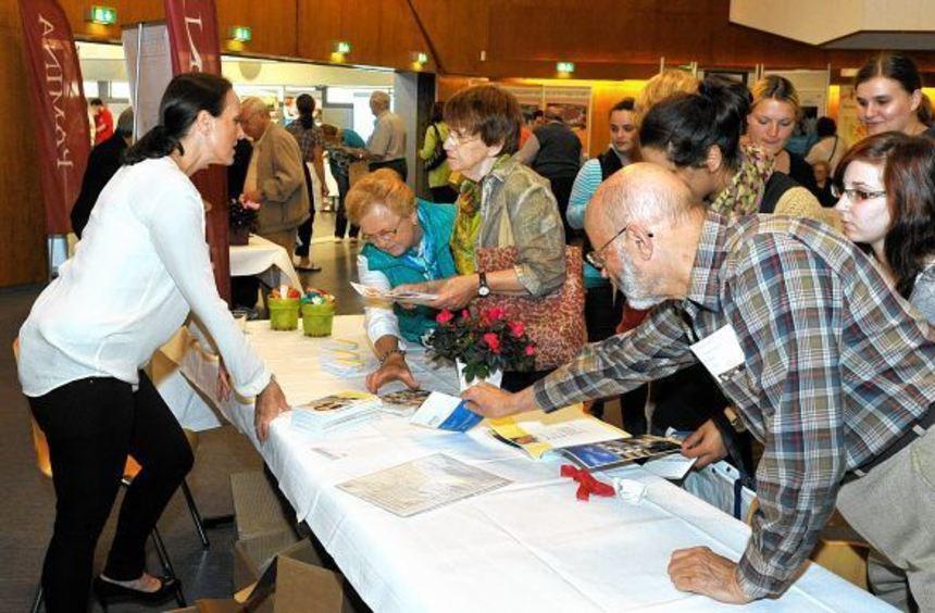 Am Stand der Luwoge informierte Tanja Hahn über die Angebote des BASF-Wohnungsunternehmens für ...