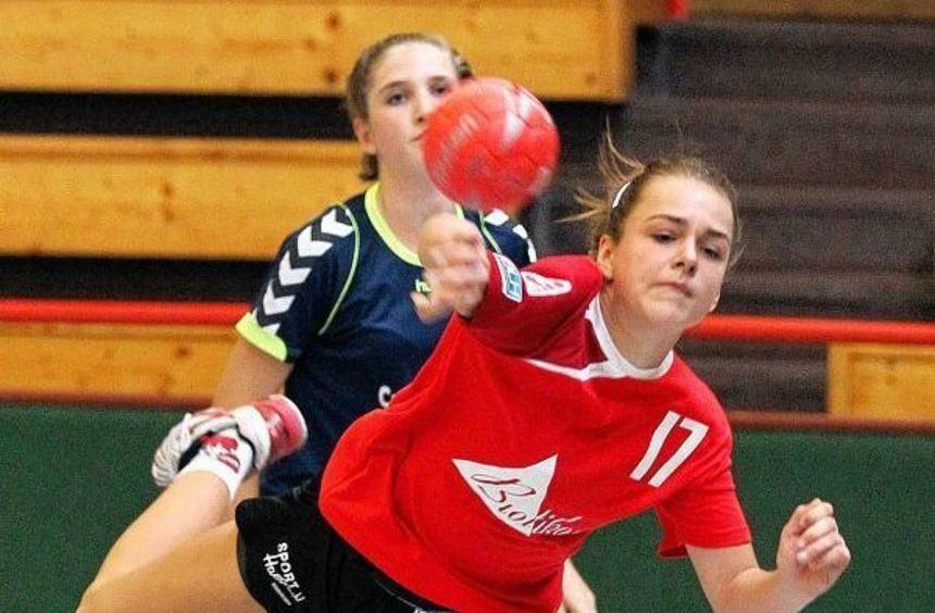 Ketschs Lea Vay bei einem Torwurf gegen die Brühler C-Mädchen.