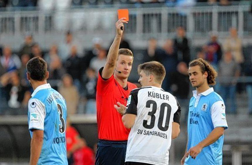 Nach seiner Sperre aus dem Spiel gegen 1860 München ist Lukas Kübler (hier mit Schiedsrichter Arne ...