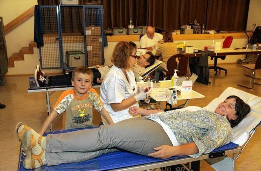 Auch Sabine Rudel, hier mit Sohn Lennart (6), ließ sich im katholischen Pfarrheim Blut abzapfen. ...