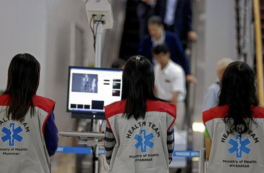Mit Körperscannern auf der Suche nach Patienten mit hohem Fieber: Kontrolle auf dem Flughafen von ...