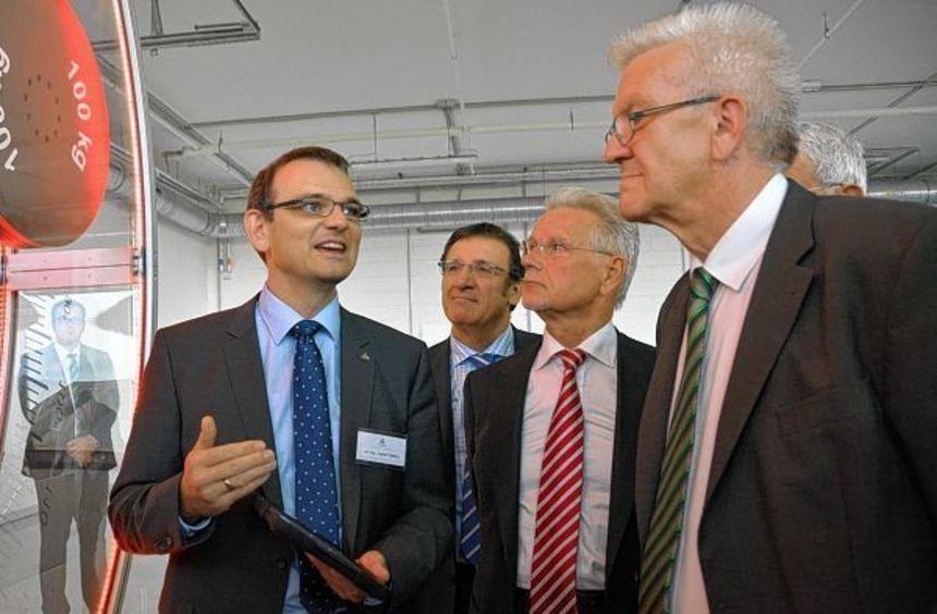 Ministerpräsident Winfried Kretschmann (rechts) wurde bei seinem Rundgang durch das Unternehmen von ...