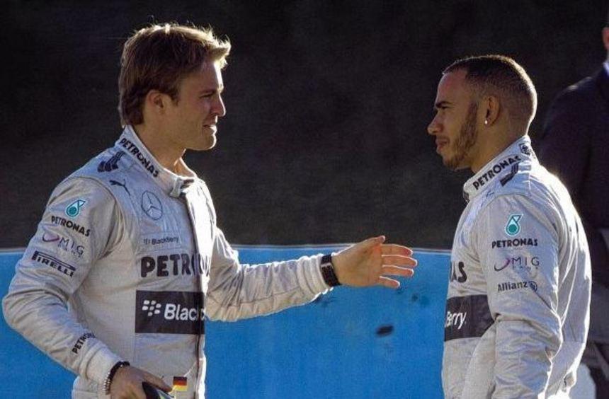 Nico Rosberg (links) spricht mit Lewis Hamilton: Das WM-Duell geht in seine intensivste Phase.