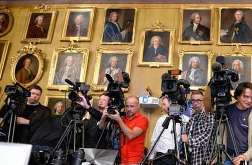 Die Königliche Schwedische Akademie bei ihrer Mitgliederversammlung 2011 (großes Bild). Unten links ...