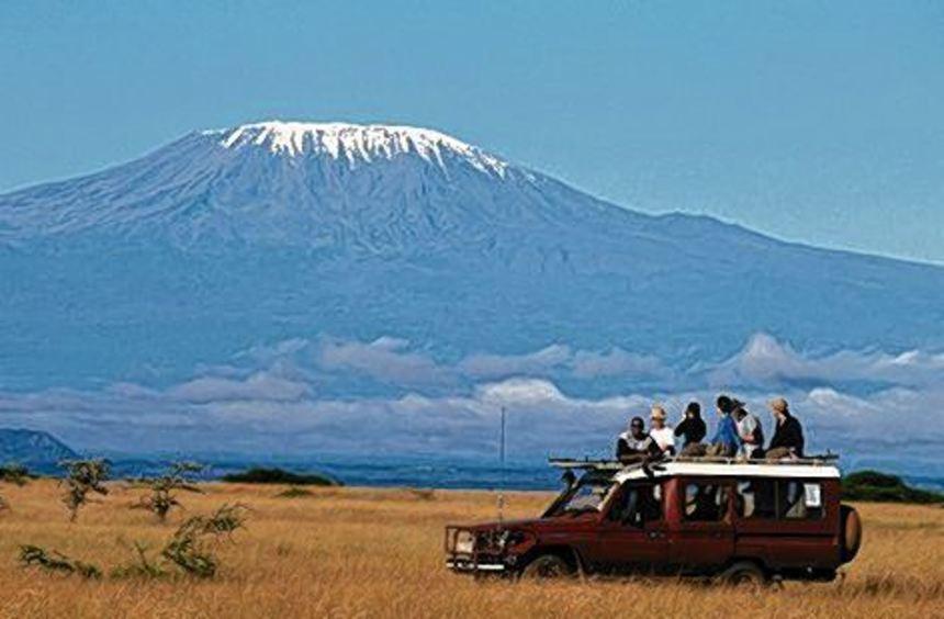 Tansania: Ein Schneehaube liegt über der Spitze des Kilimandscharo-Massivs.