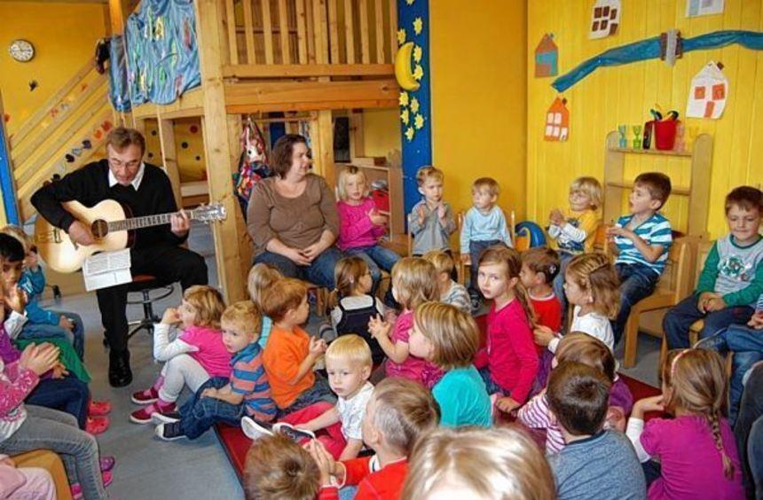Dienstags gibt es im Kindergarten immer eine Musikstunde. Pfarrer Dr. Alfred König begleitet den ...