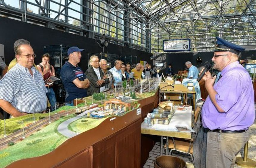 """Stadtpark-Geschäftsführer Joachim Költzsch (re.) eröffnet die Ausstellung """"Tuff, tuff, tuff - die ..."""