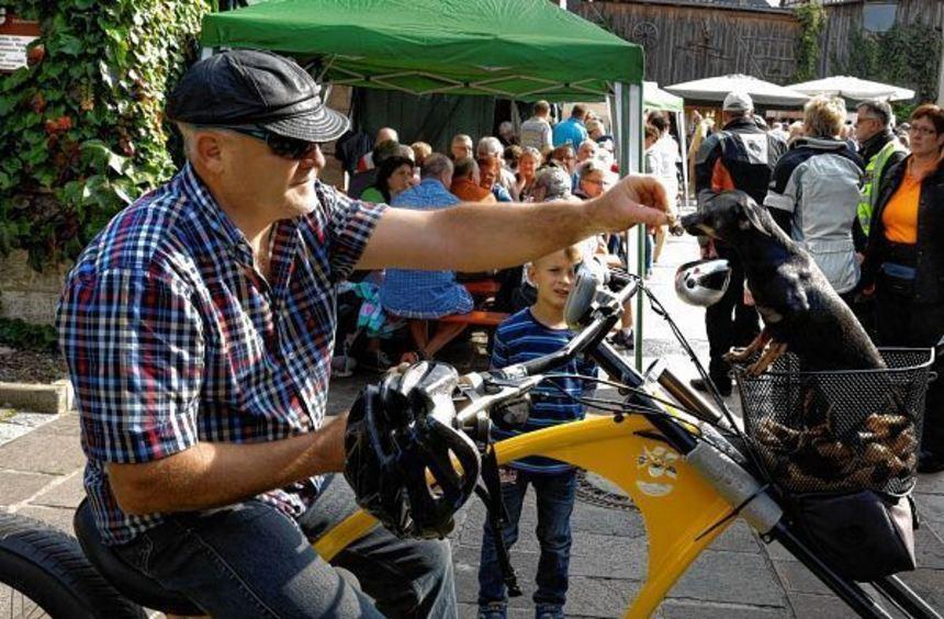 """Auf seinem selbst gebauten """"Easy-Rider-Fahrrad"""" genoss Reinhold Muhler aus Apfelbach das Vesper auf ..."""