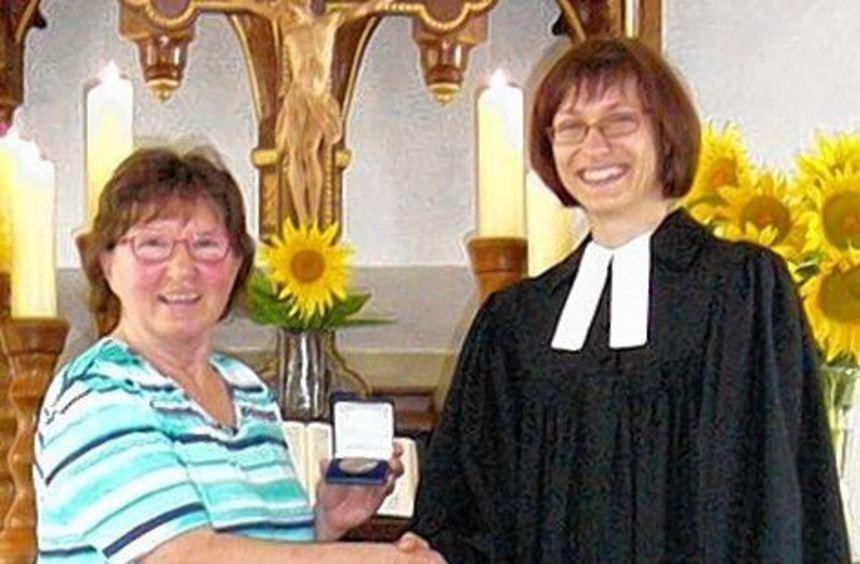 Die Johannes-Brenz-Medaille überreichte Pfarrerin Ann Brehm-Haas an Margot Gröger.