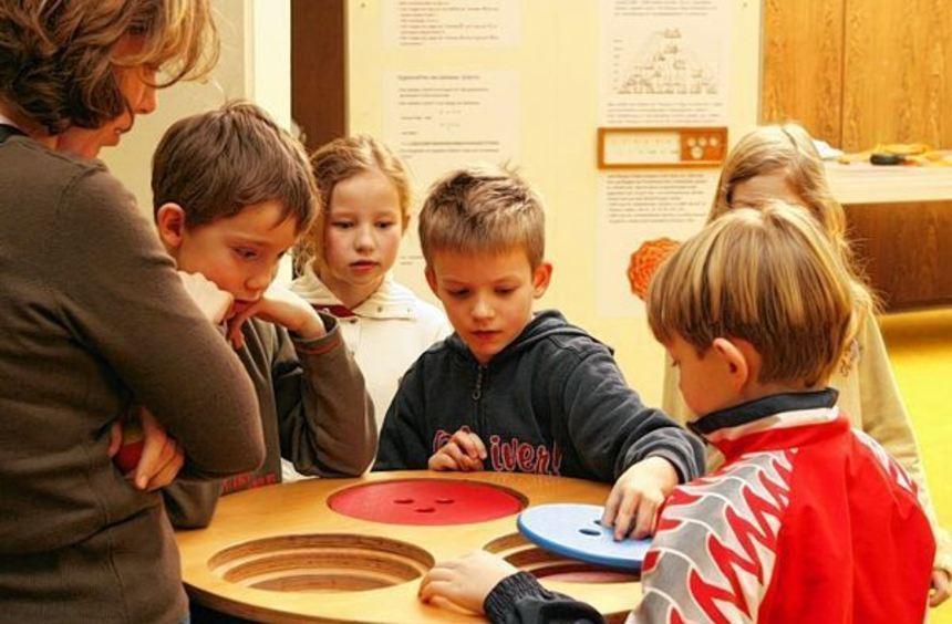 """Bei den Exponaten """"Turm von Ionah"""" der Mitmachausstellung im Schulzentrum können Kinder und ..."""