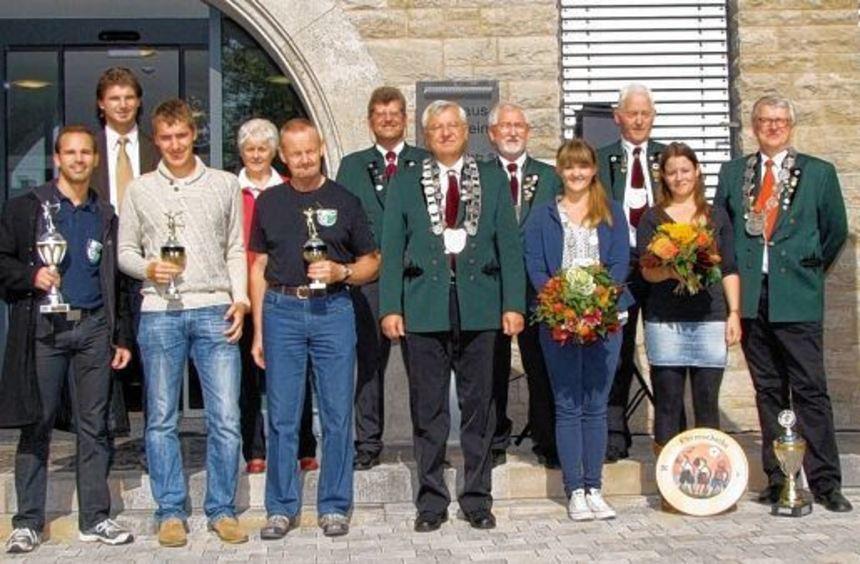 Bürgermeister Frank Menikheim (hinten links), die neue Königsfamilie des Schützenvereins Igersheim ...