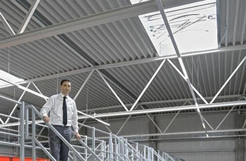 Leiter Marino Radulovic im neuen Paketverteilzentrum.