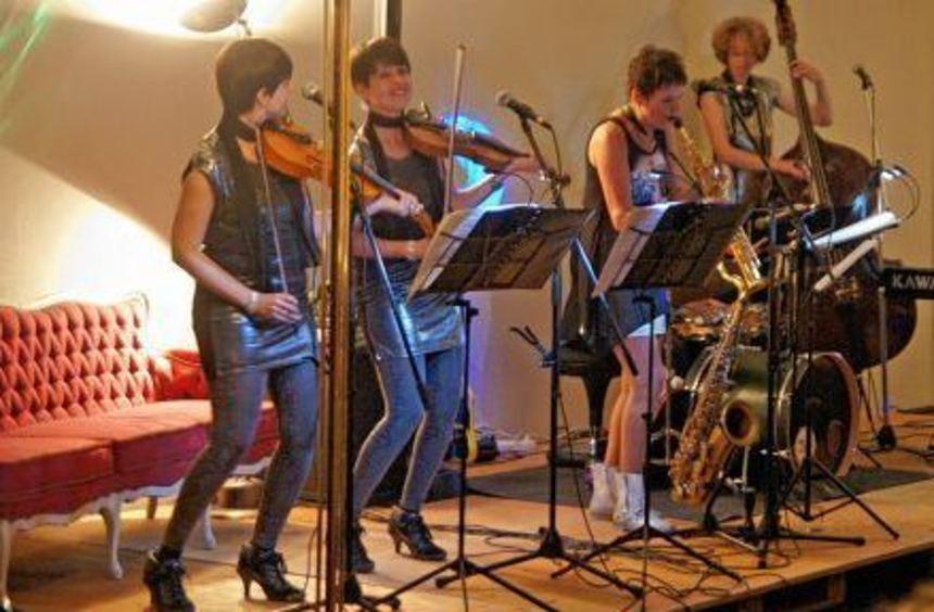 """Ungewöhnliche Location: Die Gruppe """"Mafalda"""" gab ein Konzert im Bettenausstellungsraum der Firma ..."""