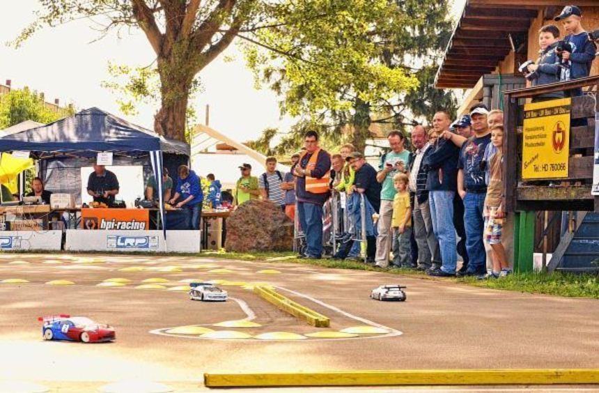 Die LRP-HPI-Challenge für ferngesteuerte Elektrofahrzeuge sorgte für Rennatmosphäre auf dem Gelände ...