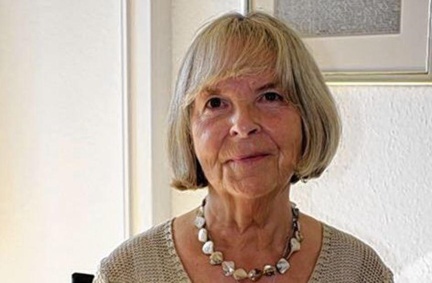 """Elske Ebeling-Saeger mit ihrem Buch """"Traurigkeit trifft auf Hoffnung""""."""