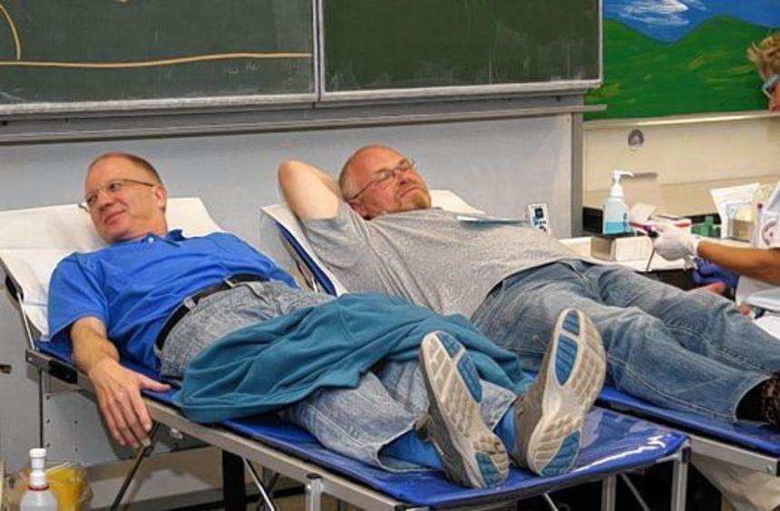 Gut gelaunt warten die Blutspender in der EKS, bis sie an der Reihe sind.