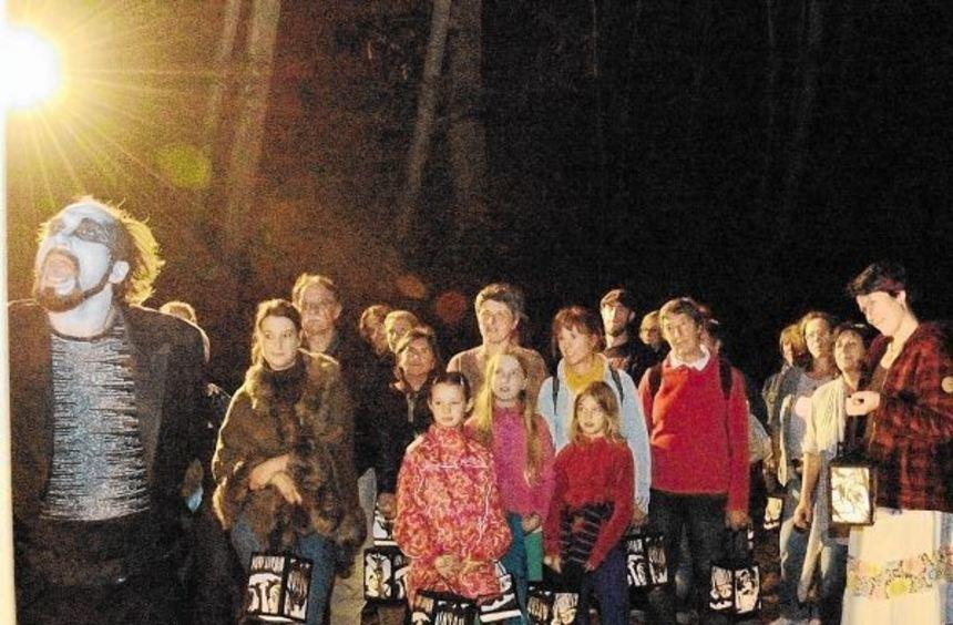 """Fantastische Gestalten erwarten die Besucher im """"Schattenwald"""" des Theaters Anu. Heute, Samstag ..."""