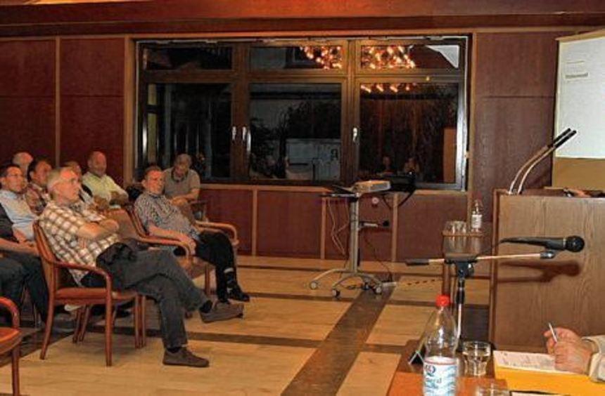 Bürgermeister Felix Kusicka (am Pult) berichtet in der Bürgerversammlung von Neuigkeiten rund um ...