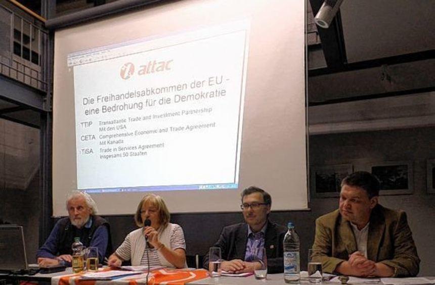 Über TTIP diskutierten (v. l.) Willy Welti (BUND), Brigitte Rosenberger (attac), Milon Gupta (Team ...