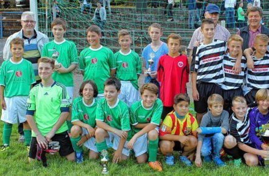 Siegerehrung: Die D-Junioren des SV Nassig (in den geringelten Trikots) gewannen gestern das ...