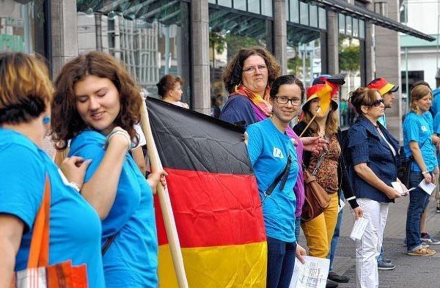 Ungefähr 800 Menschen bildeten gestern nachmittag in der Innenstadt eine Kette: Vom Schloss bis zur ...