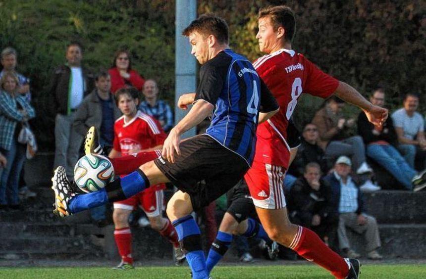 Heiß umkämpft war das Kreispokal-Halbfinale zwischen dem TSV Gerchsheim (hier Felix Giller, rechts) ...