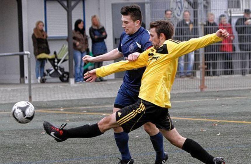 Jonas Ille (gelbes Trikot) schoss das finale 3:0 für die SG Riedrode.