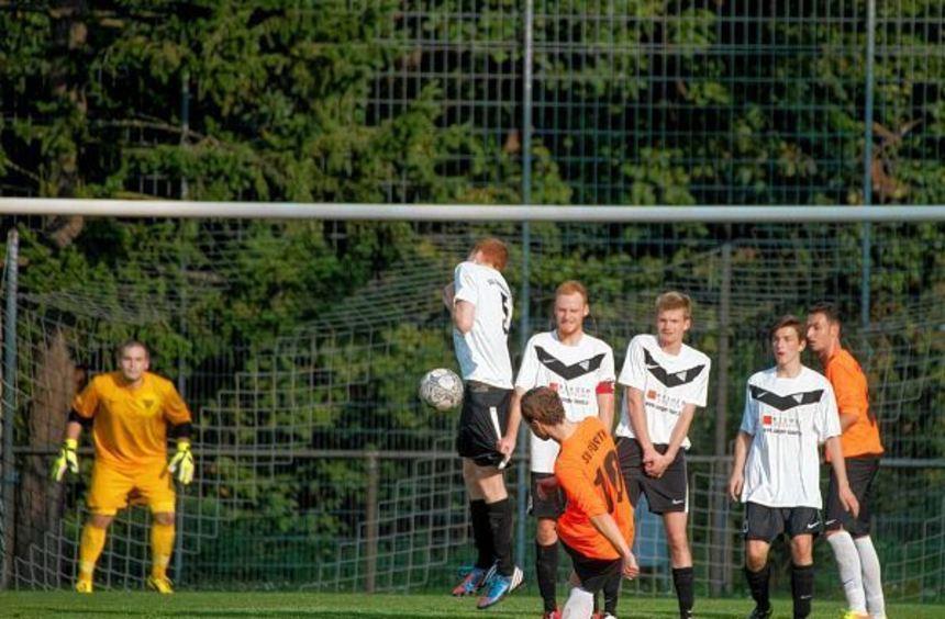 Roland Lammer verwandelte diesen Freistoß direkt zur 3:1-Führung für den SV Fürth bei der SG ...