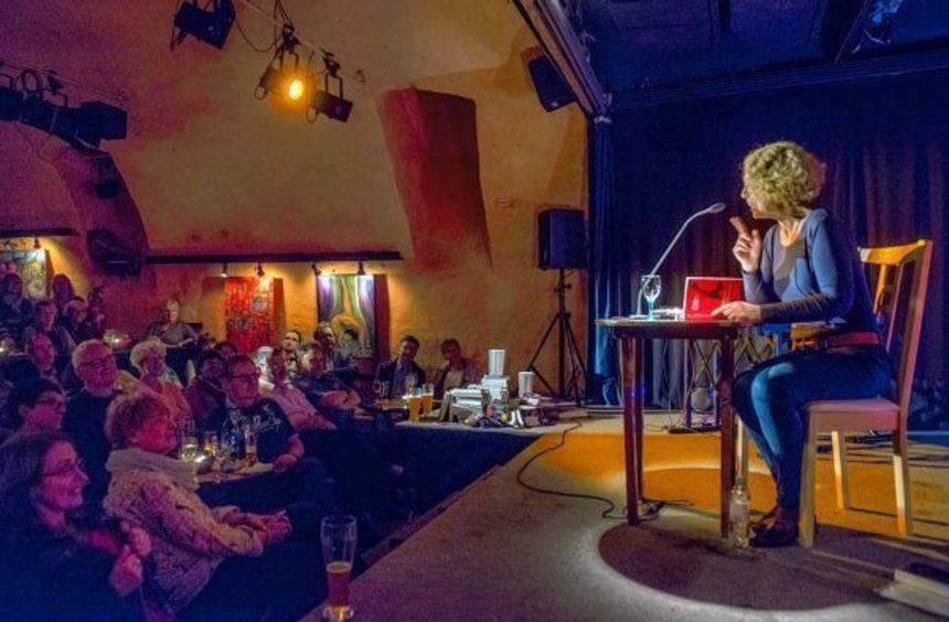 Bei der Bensheimer Krimi-Nacht im PiPaPo-Theater präsentierten Eva Ehley (Bild) und Andreas Föhr ...
