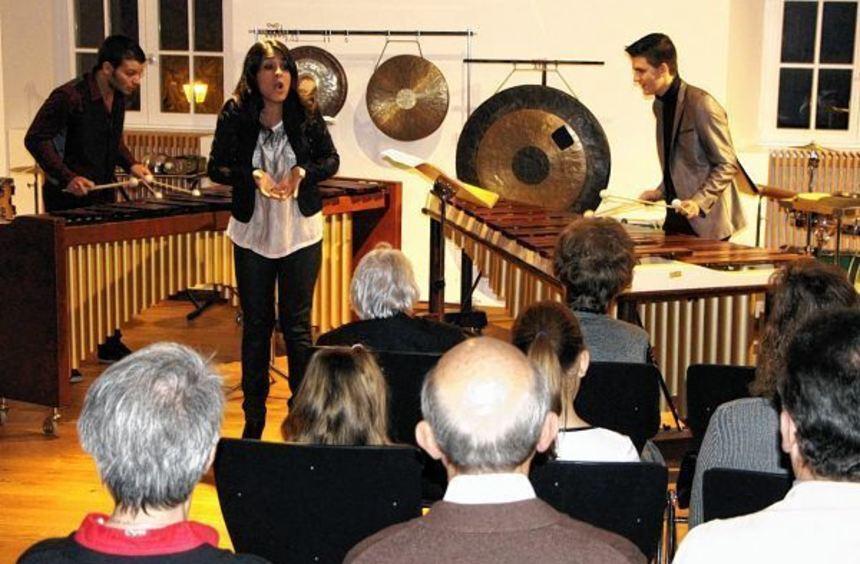 Unter der musikalischen Begleitung von Tomi Emilov (links) und Alejandro Coello Calvo sang die ...