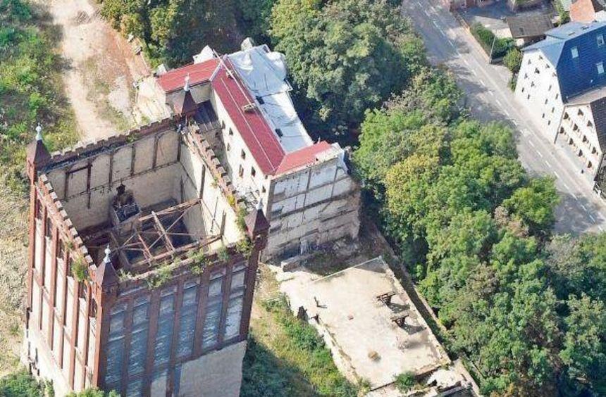 Das Mühlenareal von oben: Links der Turm, von dem nur noch die Außenwände stehen, und daneben die ...