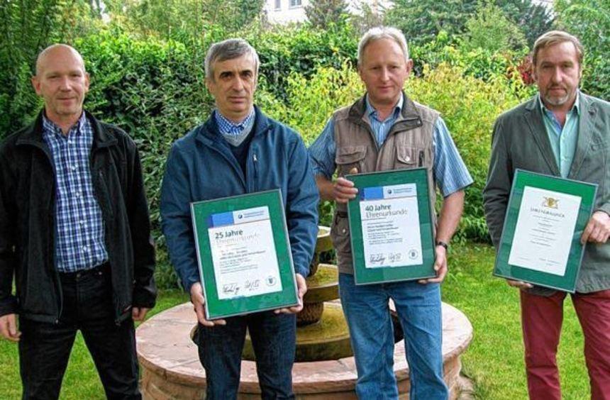 Für 40-jährige Betriebszugehörigkeit ehrte Eberhard Dörr (links) Erhard Weber (rechts) und Norbert ...