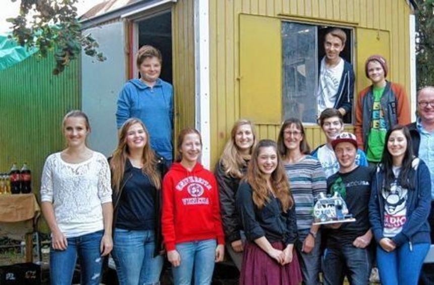 Freuen sich, wenn ihr Domizil bald fertig ist: die Jugendlichen der Luthergemeinde mit Pfarrer Ralf ...