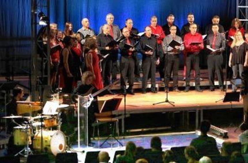 Dirigentin Elisabeth Seidl leitete den Chor Joyful, der am Samstag mit einem rockigen Programm das ...