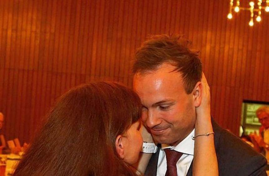 Glückwunsch aus der Familie: Nikolas Löbel mit seiner Mutter, kurz nachdem das Wahlergebnis bekannt ...