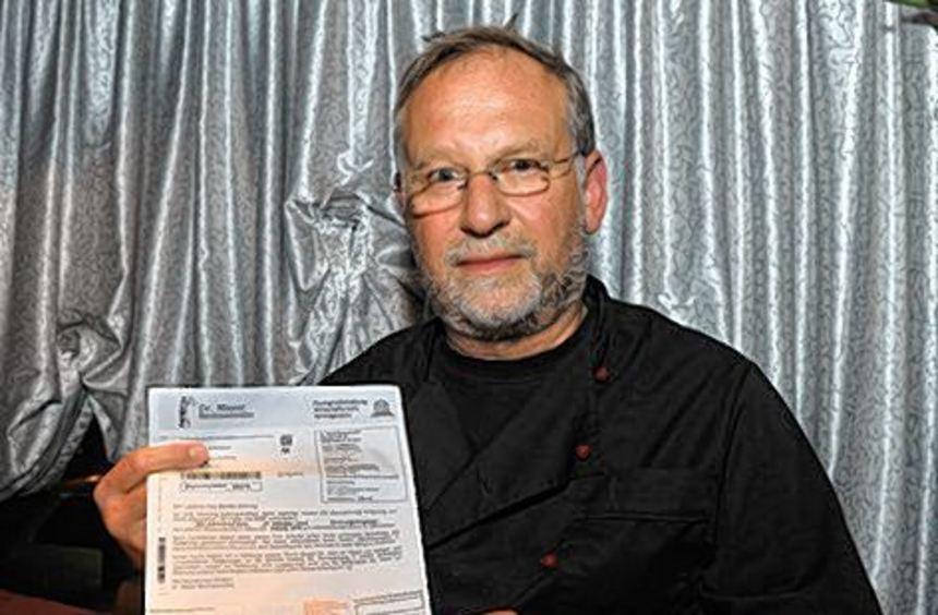 """""""MM""""-Leser Kurt Gehring zeigt den Brief mit dem Überweisungsträger."""