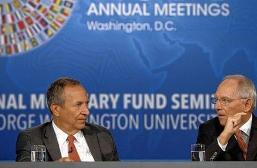 Finanzminister Wolfgang Schäuble mit dem Wirtschaftswissenschaftler Larry Summers bei der ...