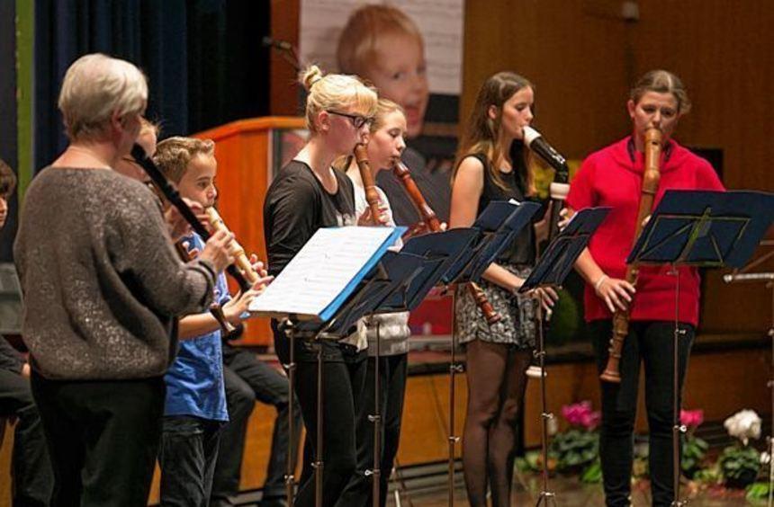 """Viel Applaus ernten das Blockflötenensemble (l.) und das Harfenensemble """"Harfonie"""" beim Jubiläum ..."""