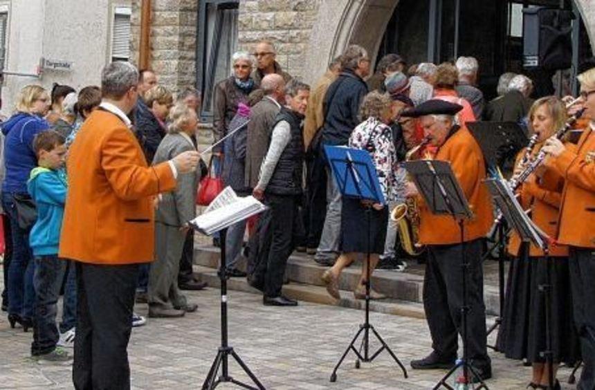 Musikalisch begleitet von der Trachtenkapelle strömten die Besucher ins umgebaute Rathaus.