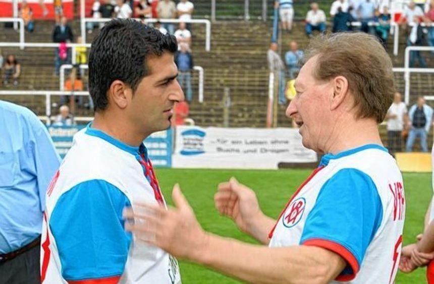 Hakan Atik (links) - hier mit Heribert Grunert - war auch im Juli beim Spiel der Traditionsteams ...