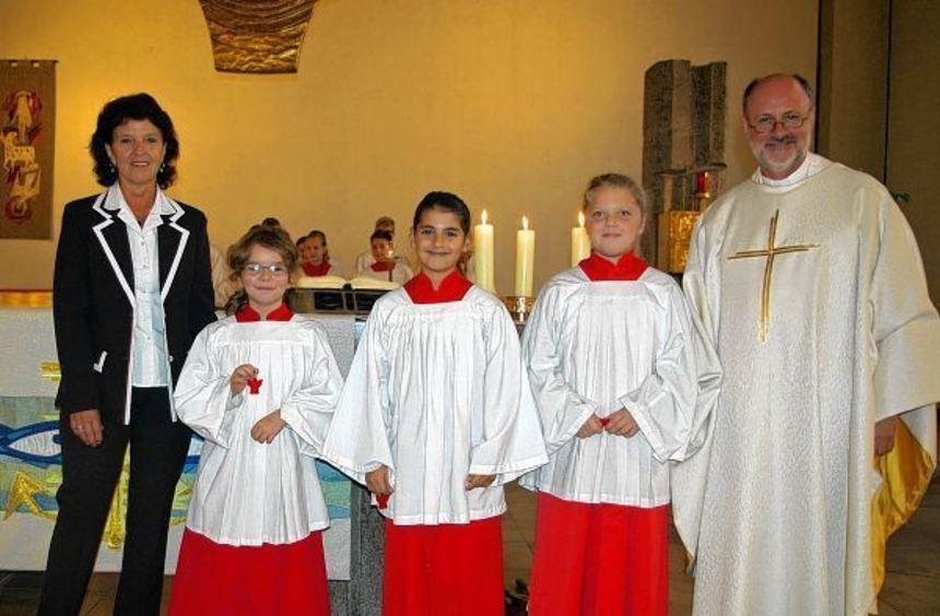 Drei neue Ministrantinnen: Das Bild zeigt (von links) Betreuerin Angelika Suhl, Sonja Emmert, Paula ...
