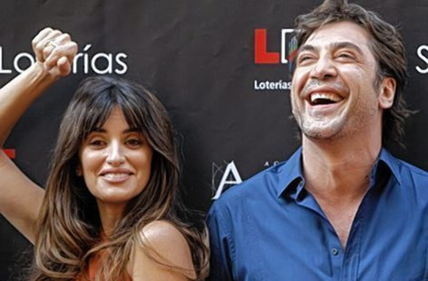 Spaß unter Eheleuten: Preisträgerin Cruz mit ihrem Mann Javier Bardem.
