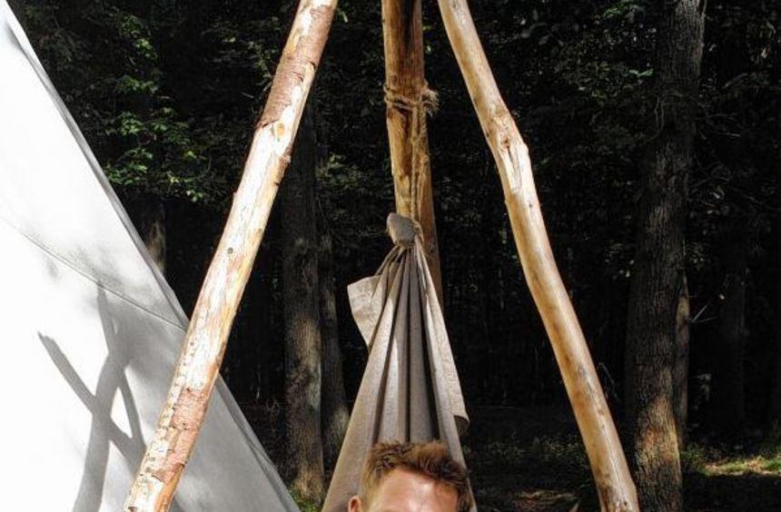 Hündin Rala ist treue Begleiterin von Marc Freukes, der ein Jahr lang im Wald bei Grasellenbach ...