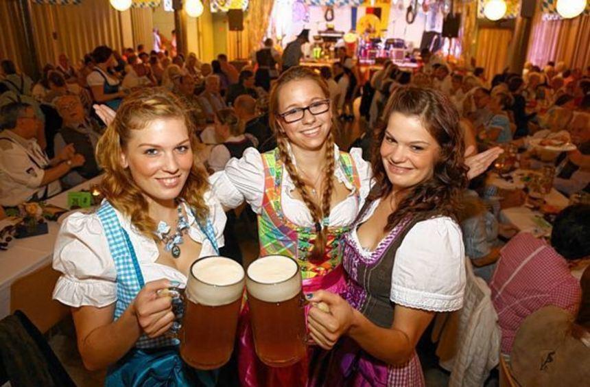 Sybille, Angela und Melanie (v. l.): Drei fesche Dirndl von der Garde, zwei Maß und eine Portion ...