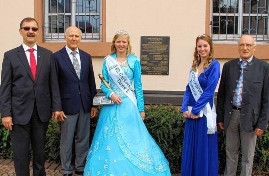 Felix Kusicka (v.l.), Alfred Kappel, Gurkenkönigin Dana I. und Prinzessin Romina sowie Gerd Reis ...