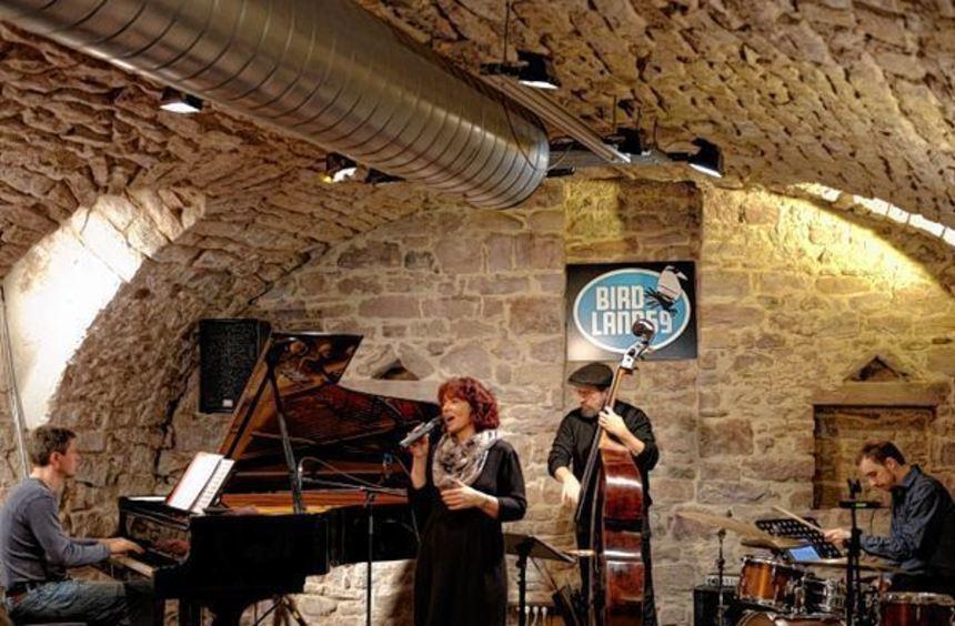 Jutta Brandl (von oben) kommt mit ihrem Quartett nach Schwetzingen, Beate Jaku-meit rockt mit den ...